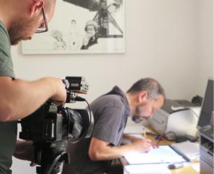 Kurt Neubauer beim Zeichnen der Fische